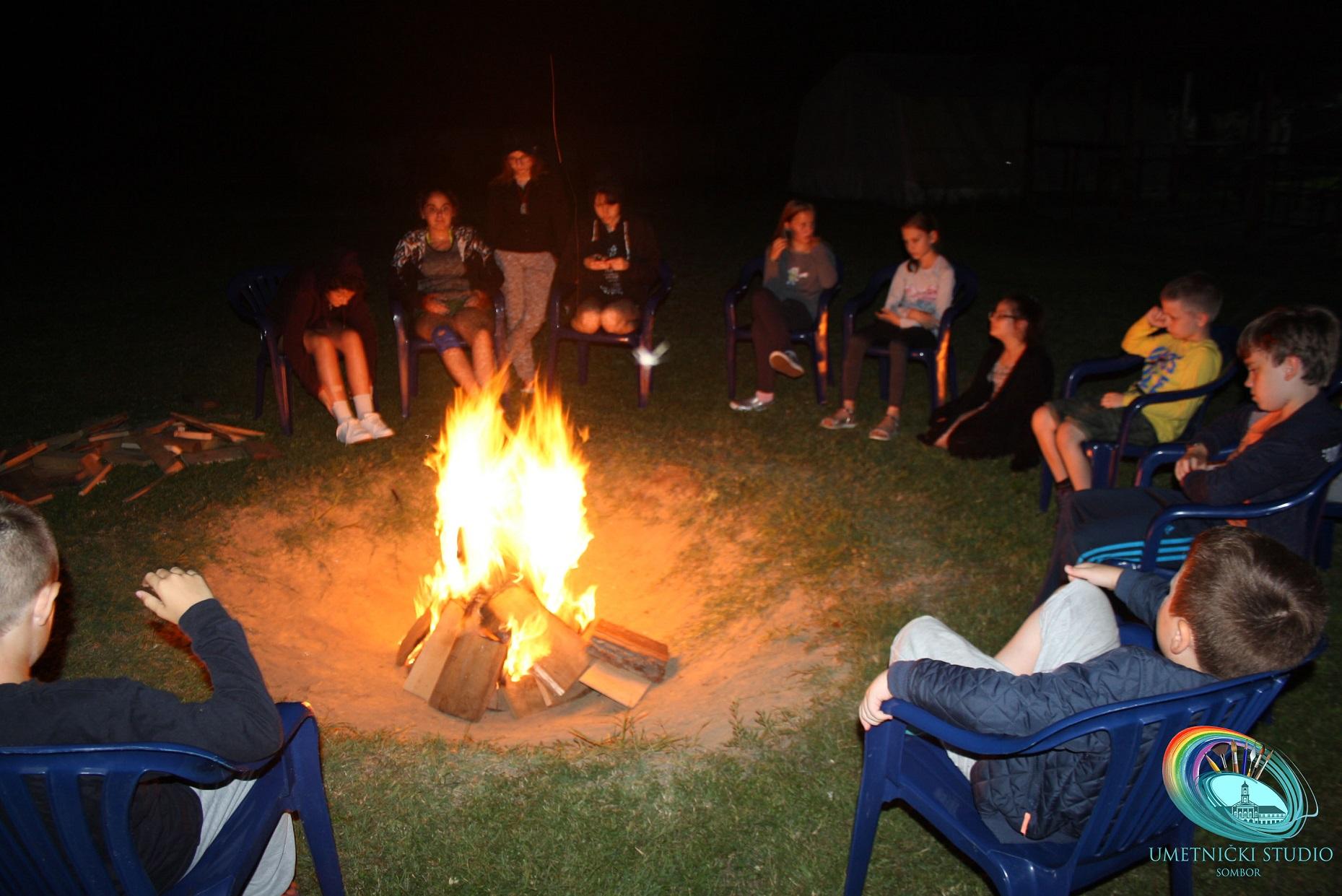 druzenje uz logorsku vatru